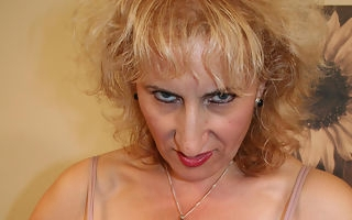 Mature Naomi loves to primate say no to pussy