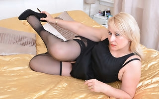 British chubby housewife playing involving in the flesh