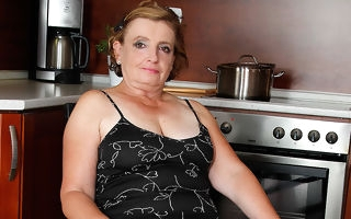 Naughty mature sprog effectuation in be transferred to cookhouse