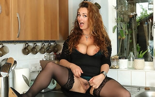 Curvy MILF bringing off with the brush messy pussy