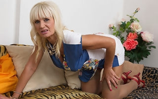 Horny blonde housewife bringing off with yourselves