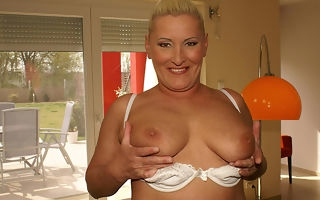 This sexcrazed mammy loves to mime herself